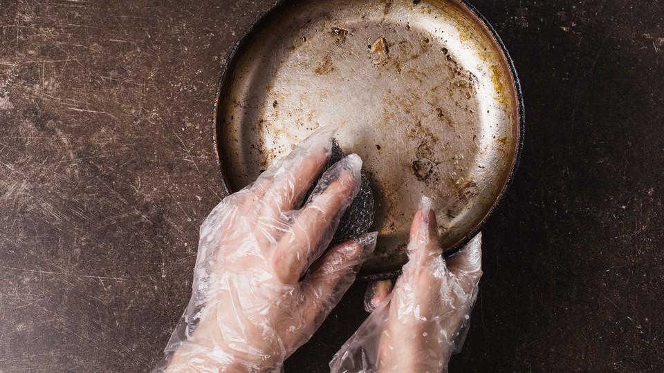 Een aangekoekte pan snel schoon krijgen