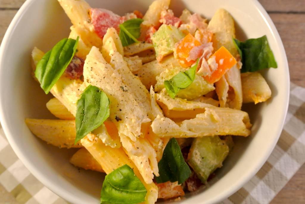 Koude pastasalade met tomaat, courgette, ui, komkommer
