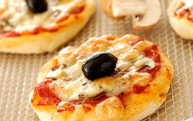 Mini pizza's met tomaat en geitenkaas