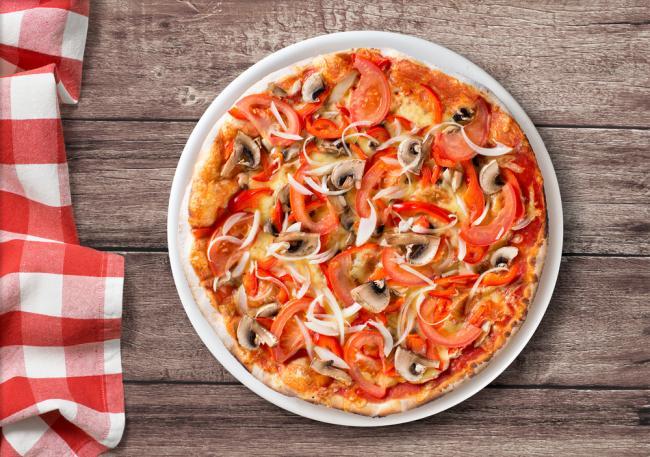 Pizza met paparika, tomaat, ui en champignons