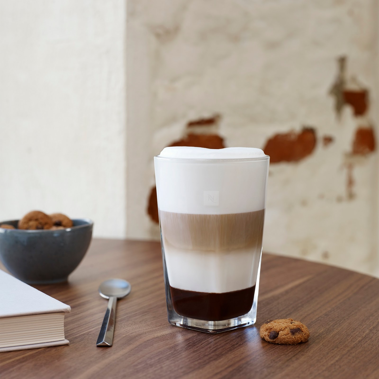 Café latte met chocoladekoekjes