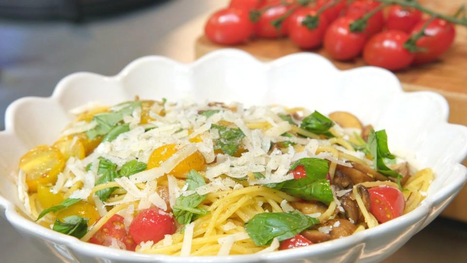 Spaghetti met kastanjechampignons, tomaat en parmezaanse kaas