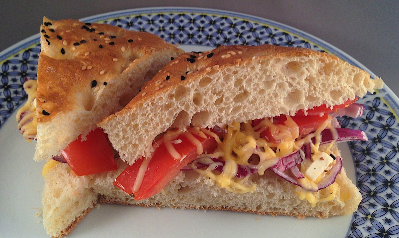 Turks brood met kaas, tomaat en ui