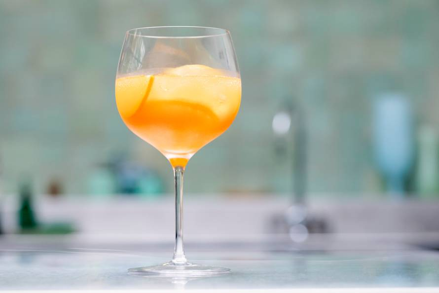 Mocktail wortel-gemberfizz met kurkuma