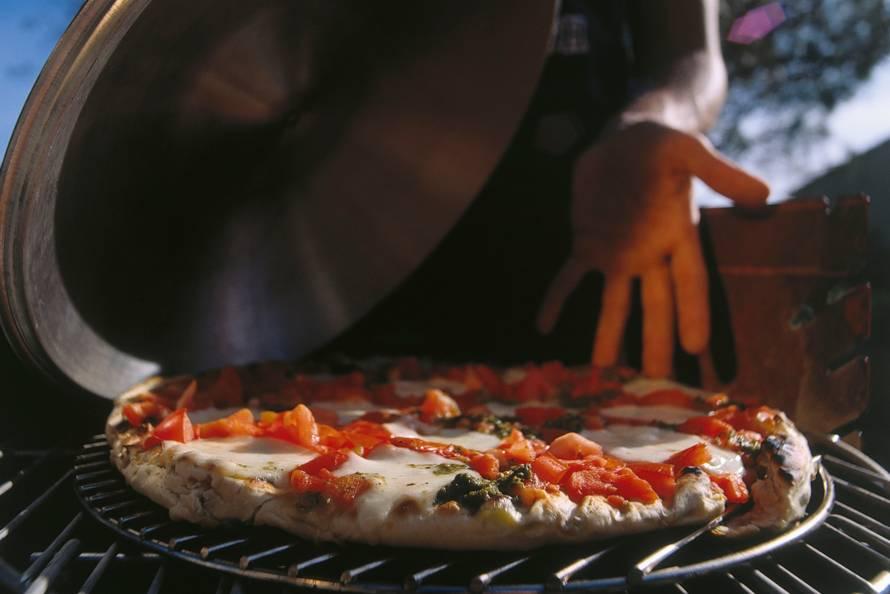 Gegrilde pizza met tomaat en mozzarella