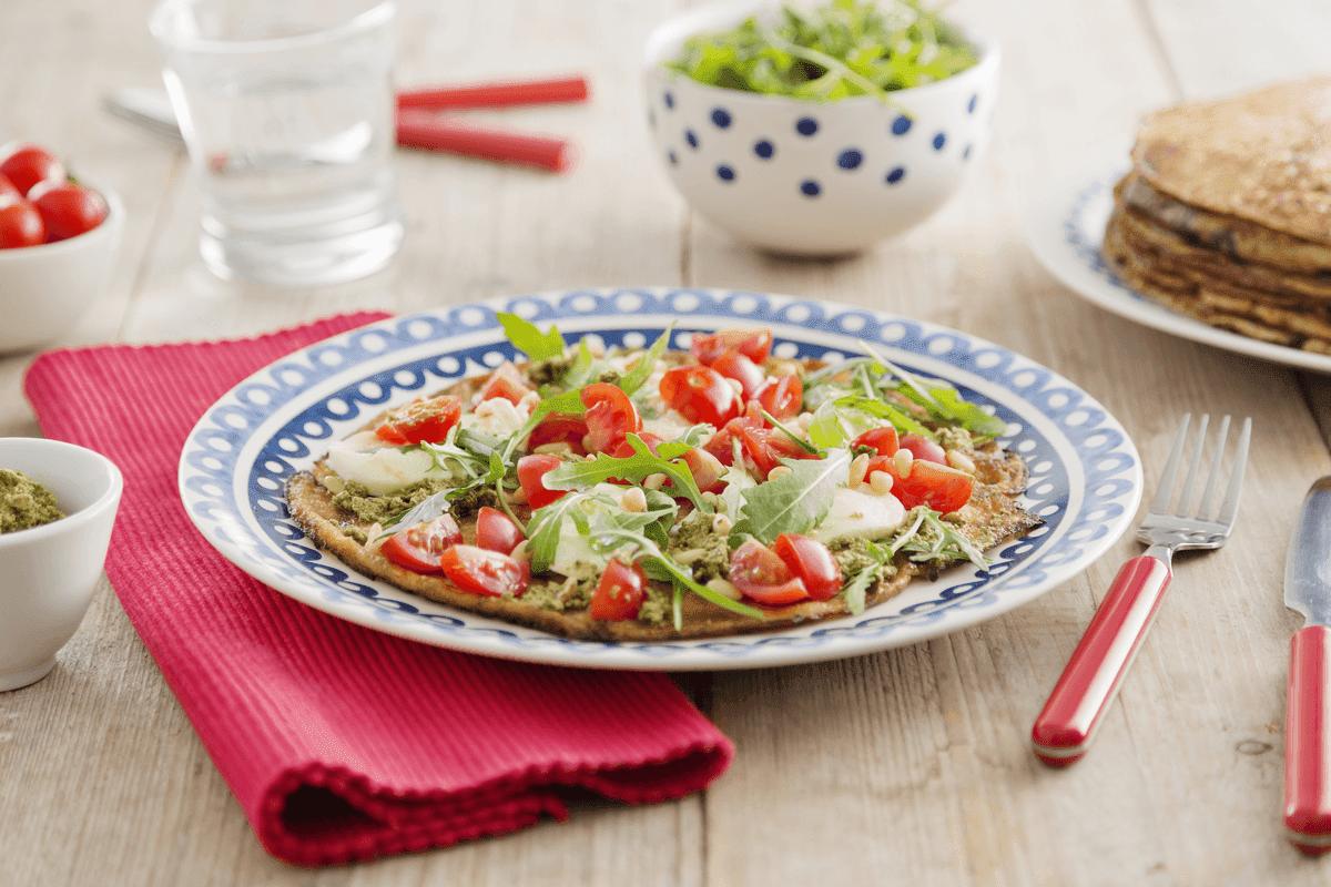 Volkoren pannenkoeken met mozzarella, pesto en tomaat