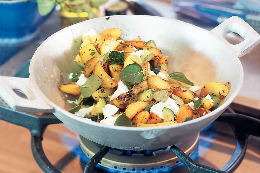 Grieks aardappel-courgettepannetje