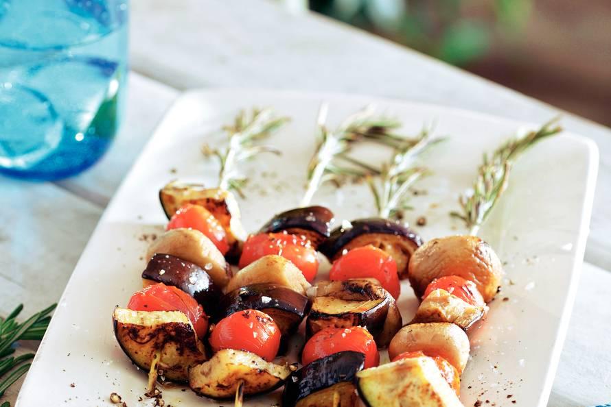 Spiesen met aubergine, champignons en romatomaatjes