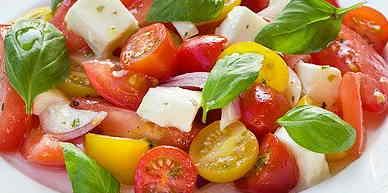 Tomatensalade met mozzarella en basilicum