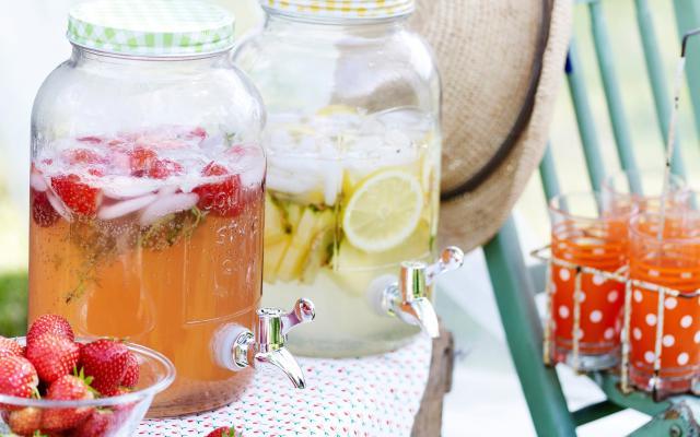 Aardbeien-frambozenlimonade met citroentijm