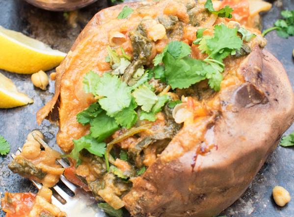Zoete jacket potatoes met spinazie met garam masala