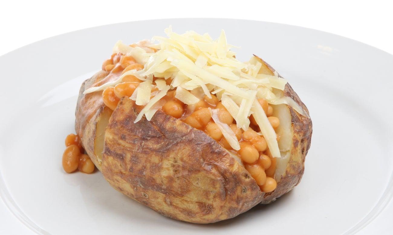 Jacket potatoes met witte bonen in tomatensaus