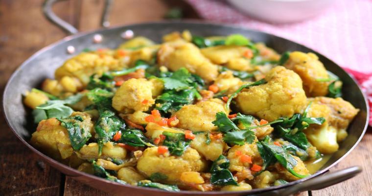Gele curry met kikkererwten, bloemkool en spinazie