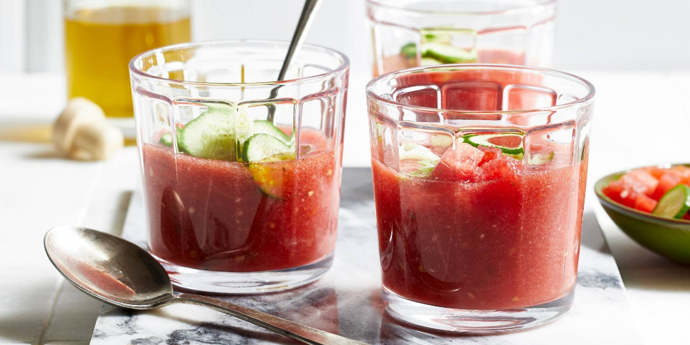 Zomerse tomatensoep met watermeloen en komkommer (koud)