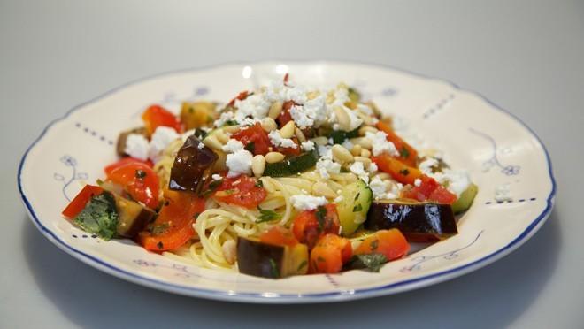 Spaghetti met geitenkaas en groene kruiden