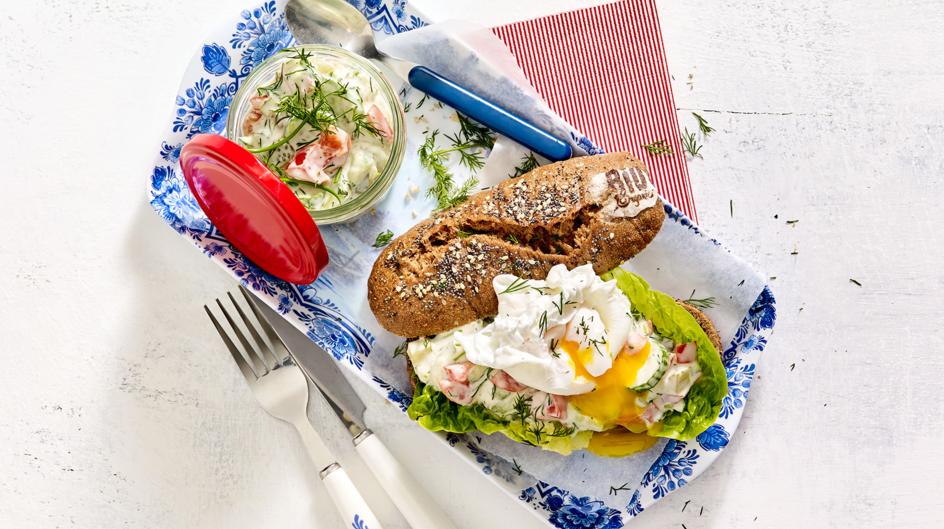 Biologisch broodje met homemade sandwichspread en een gepocheerd eitje