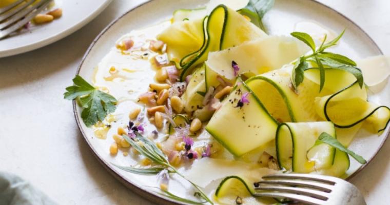 Courgettesalade met pijnboompitten