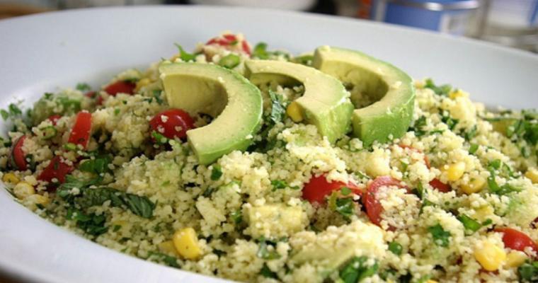 Couscous salade met tomaten en avocado
