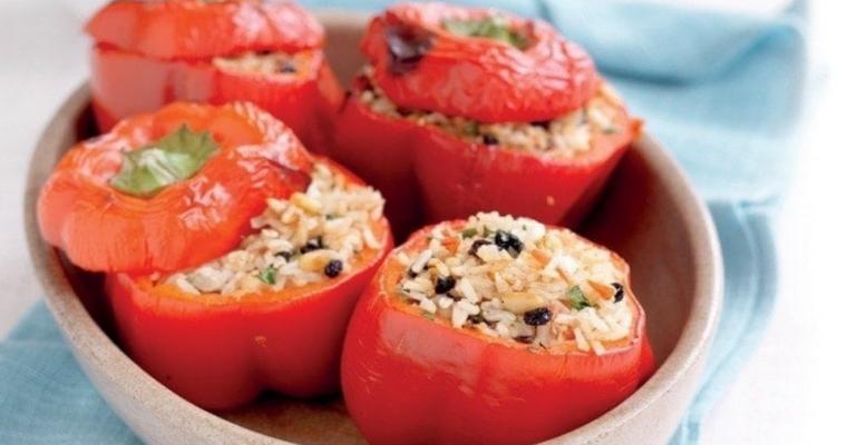 Gevulde paprika met rijst, tomaten en fêta